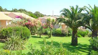 Erholen Sie sich im weitläufigen Garten der Ferienanlage Alba Marina.