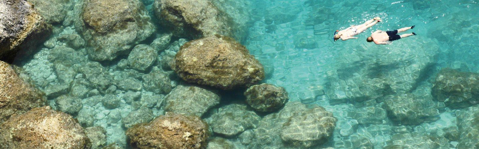 Zwei Schnorchler erkunden das glasklare Meer