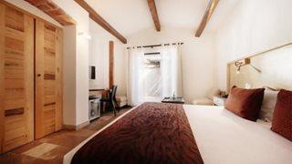 Die Zimmer des Hotels Les Bergeries de Palombaggia sind klassisch und elegant eingerichtet.