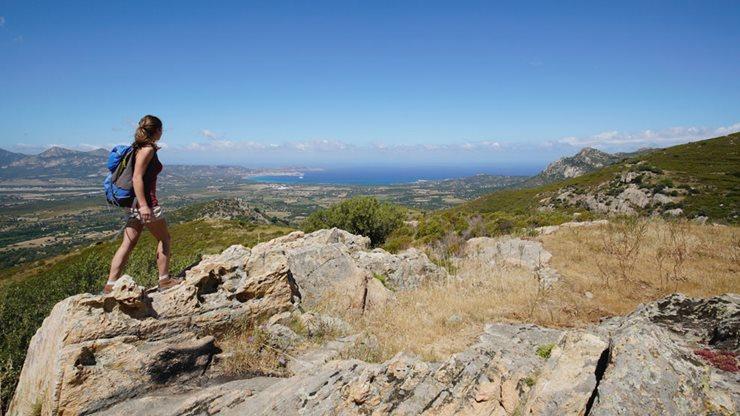 Eine Wanderin erkundet die fantastische Natur Korsikas