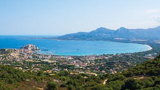 Aussicht auf die Bucht von Calvi in Korsika von einem höheren Berg