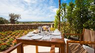 Ein gedeckter Frühstückstisch auf der Terasse einer Ferienwohnung auf Menorca