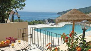 Der Blick auf das Meer vom Pool aus ist eines der Highlights der Ferienwohnungen La Cote Bleue.