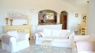 Lichtdurchflutet und freundlich gestaltet ist der Wohnbereich der Villa Aria di Mare.