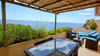 Die Terrasse der Minivilla T1 La Cote Bleue ist großzügig gestaltet und hat einen herrlichen Meerblick.