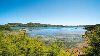 Der kleine naturbelassene Fischerort Es Grau auf Menorca
