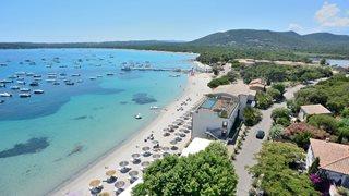 Das Hotel Le Pinarello ist direkt am Strand und Meer gelegen.
