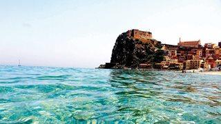 Das Fischerdorf Scilla vom hellblauen Wasser aus betrachtet