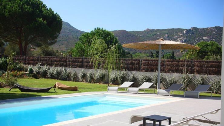 Gut gepflegter Garten und Poolbereich für Ferienwohnungen