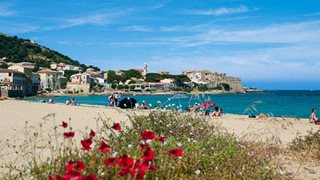 Der türkisblaue Traumstrand des malerischen ruhigen Fischerdorfes Algajola in Korsika