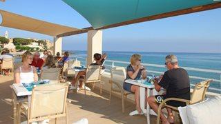 Die Terrasse des Hotels mit einzigartigem Ausblick über das Mittelmeer