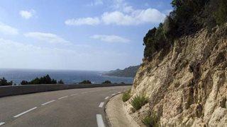 Aphaltierte Straße entlang der Küste auf Korsika