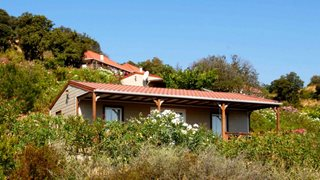 Die verschiedenen Häuser des Feriendomizils Serenamore sind in den Hang gebaut und von intakter Natur umgeben.