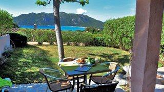 Am Abend können Sie bei einem Glas Wein den Tag in der Ferienanlage Marina di Santa Giulia ausklingen lassen.
