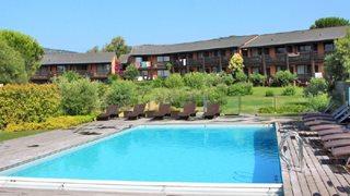 Von Ihrem Balkon oder der Terrasse aus, haben Sie einen schönen Blick in den Garten und den Pool der Hotelanlage Castell' Verde.