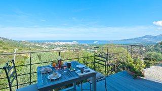 Die wunderschöne Terrasse mit Blick auf die einzigartigen Berge der Balagne, das Mittelmeer und die Altstadt Calvi