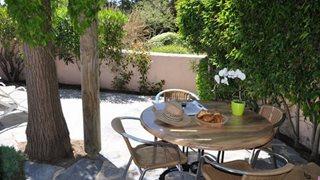 Sie finden auf Ihrer Terrasse die zu Ihrer gebuchten Unterkunft Marina di Santa Giulia gehört, auch ein schattiges Plätzchen zum Verweilen.