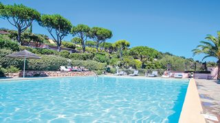 Am Pool der Anlage Marina di Santa Giulia können Sie entspannen oder sich abkühlen.