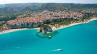 Panorama-Sicht auf Tropea und die umliegende Küste