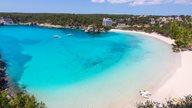 Bucht von Cala Galdana mit karibischem Strand und Meer