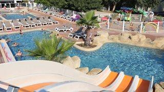Der große Pool der Ferienanlage La Pinede bietet einen Whirlpool und eine Wasserrutsche
