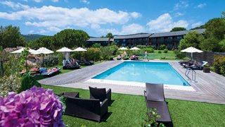 Entspannen Sie sich am Pool des Hotels Castell' Verde und tanken Sie Sonne auf!