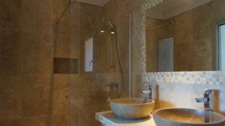 Die Badezimmer der Villa Mare e Monte sind modern und elegant gestaltet.