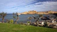 Unterkunft auf Korsika am Strand mit Liegen und Sonnenschirmen