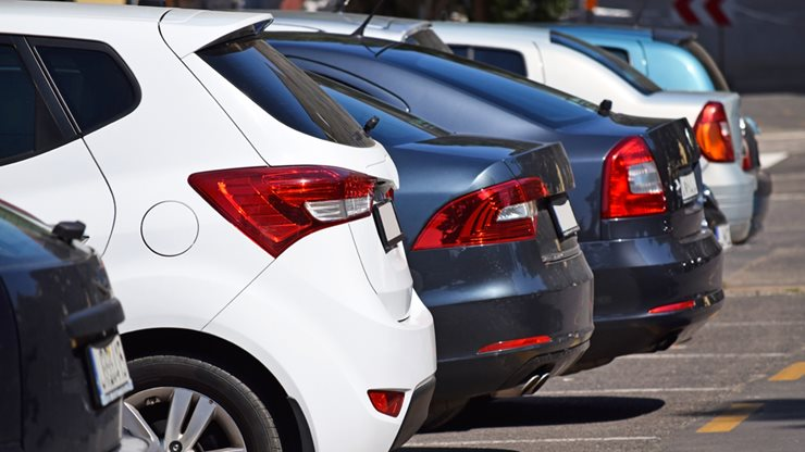 Geparkte Autos in einer Reihe auf dem Parkplatz Altenrhein