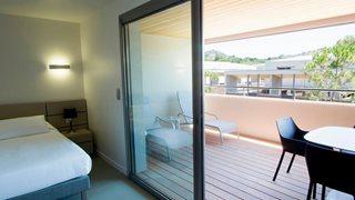 Die Terrassen in der Ferienanlage Costa Nera verfügen über einen Tisch mit Stühlen und teilweise sogar Sonnenliegen.