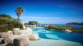 Das kleine Strandrestaurant des Hotels U Capu Biancu bietet leckere, kleine Speisen - herrliche Ausblicke inklusive.
