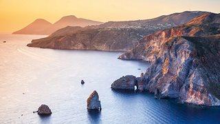 Eindrucksvolle kalabresische Steilküste bei Sonnenuntergang