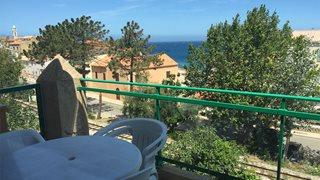 Der einzigartige Ausblick vom Balkon auf das Meer und die Altstadt von Algajola