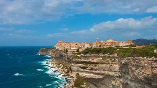 Die auf Felsklippen erbaute Altstadt von Bonifacio