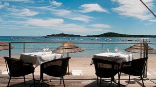 Das Hotel Le Pinarello bietet seinen Gästen einen hoteleigenen Strandabschnitt.