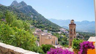 Alte schöne Häuser die im Hang des Bergdorfes Lumio in der Balagne von Korsika stehen.
