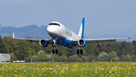 Ein Flugzeug hebt am Flughafen Altenrhein ab in den Urlaub
