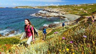 Calvi und Umgebung ist der perfekte Ort für eine Küstenwanderung in der Sonne
