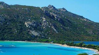 Am Strand von Santa Giulia, welcher nur ein paar Schritte vom Hotel Castell' Verde entfernt liegt, werden viele Wassersportarten angeboten.