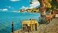 Taverne neben dem türkisen Meer in Griechenland