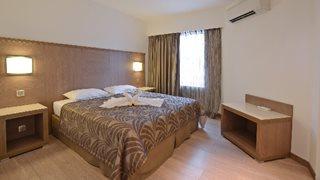 Die modernen Doppelzimmer im Calvi Hotel verfügen über ein französisches Doppelbett, eine Klimaanlage, einen möblierten Balkon und vieles mehr
