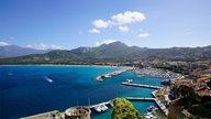 Traumhafte Aussicht auf den Hafen von Calvi und die Region