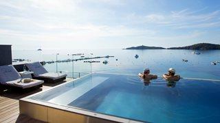 Der Pool des Hotels Le Pinarello bietet einen umwerfenden Blick auf das Meer.