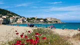 Der Strand von Algajola in Korsika mit türkisblauem Wasser