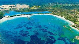 Die große Santa Giulia Bucht lädt viele Urlauber zum Baden ein. Auch verschiedene Wassersportarten werden angeboten.