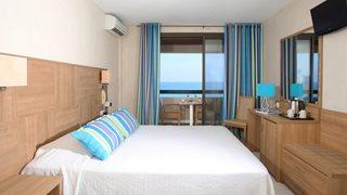 Der etwas größere Zimmertyp 'Loggia' verfügt über einen schönen Balkon mit Sitzgelegenheit und direkten Meerblick