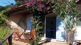 Die Terrasse der Unterkünfte La Cote Bleue bietet viel Privatsphäre.