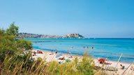 Der Strand von Calvi mit der Zitadelle im Hintergrund