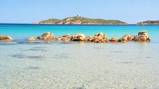 Der Strand von Pinarello ist von der Anlage Alba Marina aus schnell erreicht.