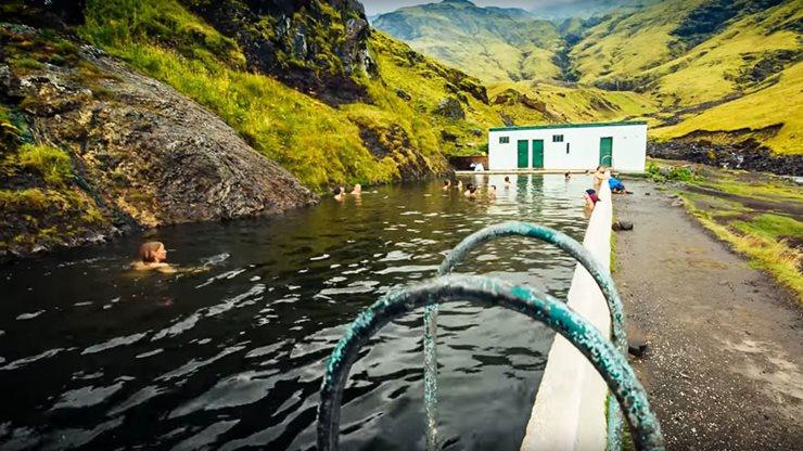 Baden in heissen Quellen auf der Insel Island